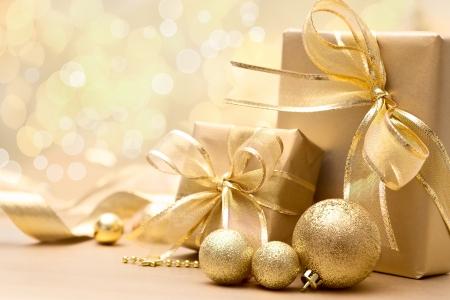 Gouden kerst geschenk dozen met boog en lint