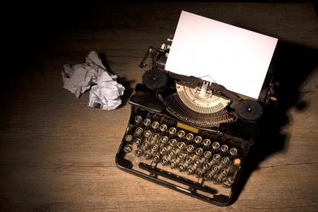 vintage: Máquina de escrever do vintage e uma folha de papel em branco