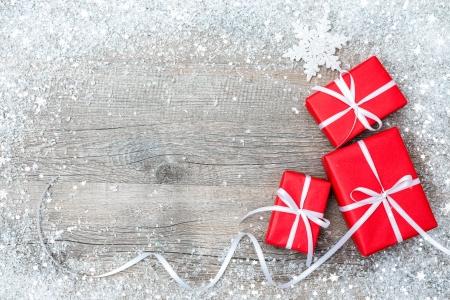 Geschenkdozen met boog en sneeuwvlokken op houten achtergrond Stockfoto
