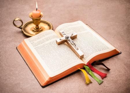 ろうそくを燃やすのテーブルの上に開いている聖書