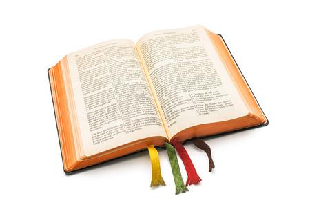een open Bijbel geïsoleerd op een witte achtergrond Stockfoto