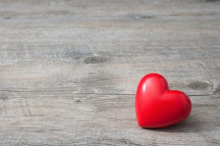 boda: Corazón rojo sobre fondo de madera, Día de San Valentín Foto de archivo