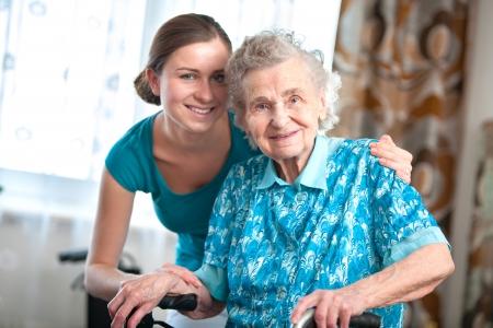 enfermeros: Mujer mayor con su cuidador en el hogar