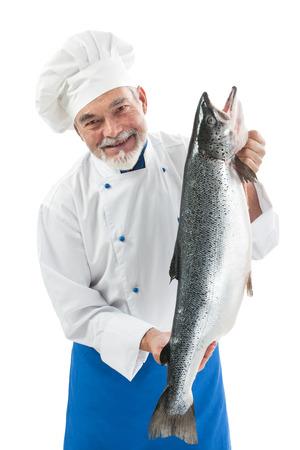 Chef kok met een grote Atlantische zalm vissen op een witte achtergrond