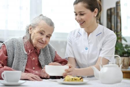 Senior femme déjeune à la maison de retraite Banque d'images - 25103868