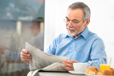 안경 아침에 신문을 읽고 수석 남자 스톡 콘텐츠