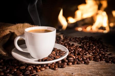 tazas de cafe: café caliente cerca de la chimenea