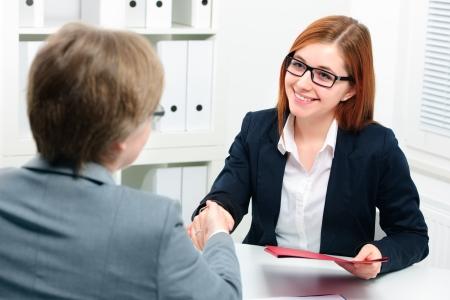 Frau Handshake-Angebot, um einen Deal nach einem Job Rekrutierung Treffen versiegeln Standard-Bild - 25443087
