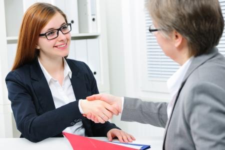 Vrouwen Handdruk om een deal na een job recruitment vergadering