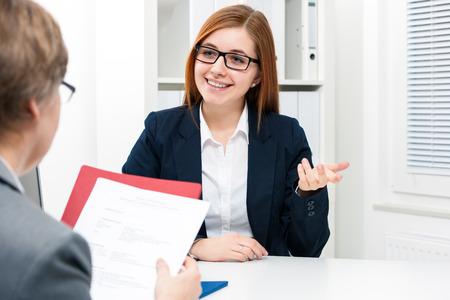 Jeune femme de discuter au cours d'une entrevue d'emploi au bureau