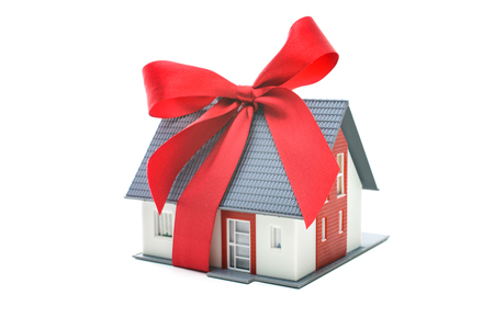 Immobilien-Konzept - Haus Architekturmodell mit roter Schleife Standard-Bild