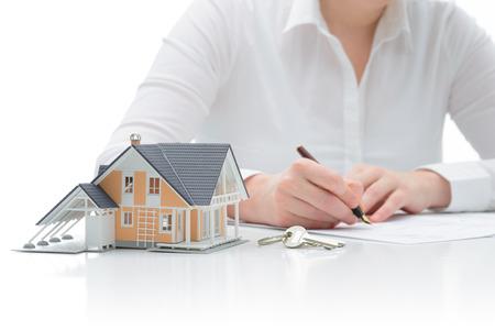 Vrouw tekenen koopovereenkomst voor een huis