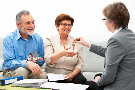 nieruchomosci: Starszy spotkanie para z nieruchomościami Zdjęcie Seryjne