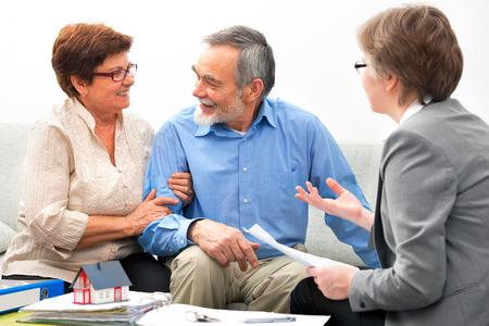 Senior paar ontmoeting met makelaar Stockfoto