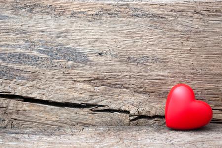 Rood hart in crack van houten plank. Symbool van de liefde, Valentijnsdag