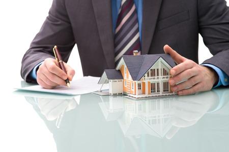 courtier: L'homme signe un contrat d'achat d'une maison