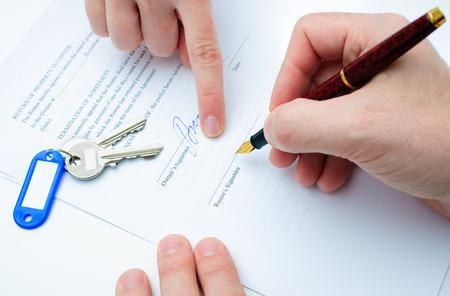 Mietvertrag Formular mit Unterzeichnung der Hand und Schlüssel und Stift