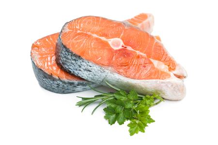 연어. 흰색 배경에 고립 된 신선한 원료 연어 생선 스테이크
