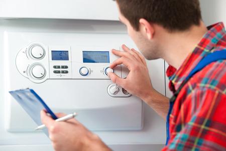 Técnico de mantenimiento de la caldera de gas para agua caliente y calefacción Foto de archivo
