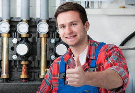 artesano: Técnico de mantenimiento de la caldera de gas para agua caliente y calefacción Foto de archivo