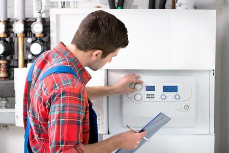 Tecnico di manutenzione della caldaia a gas per acqua calda e riscaldamento Archivio Fotografico - 26703920