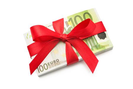 Honderd euro biljetten op een stapel met rode strik