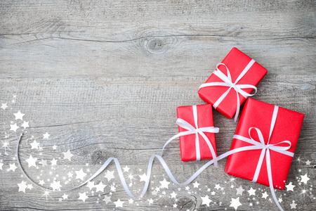 Coffrets cadeaux avec arc et des flocons de neige sur fond de bois Banque d'images - 29766662