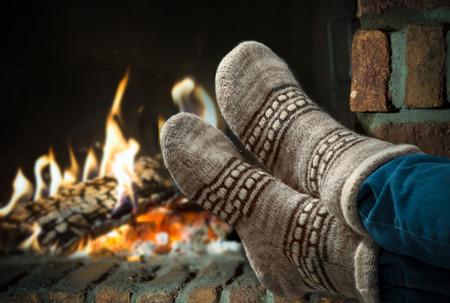 겨울 저녁에 벽난로에서 휴식