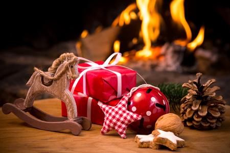 Scène de Noël avec des cadeaux d'arbres et le feu en arrière-plan