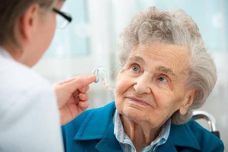Neslyšící senior žena během testu sluchu