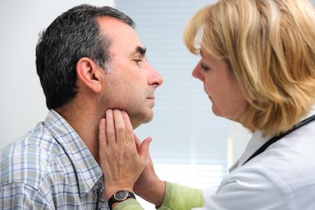 아픈: 사무실에서 환자의 목을 만져 여성 의사