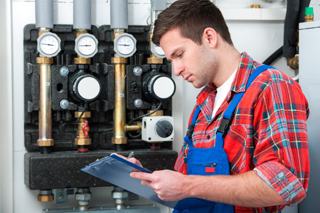 craftsman: Técnico de mantenimiento de la caldera de gas para agua caliente y calefacción Foto de archivo