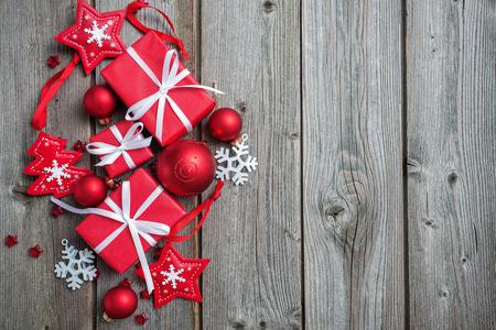 weihnachten zweig: Geschenk-Boxen und Schneeflocken auf Holzuntergrund