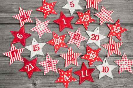 adviento: Calendario de Adviento con estrellas sobre fondo de madera vieja