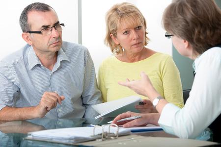 집에서 컨설턴트로부터 재정 조언을 받고있는 커플