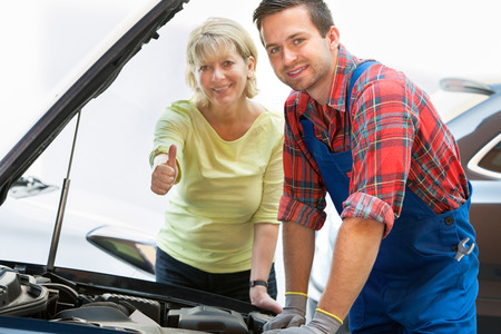 Auto mechanic and female customer in auto repair shop 版權商用圖片 - 30529624