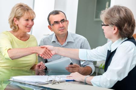 Volwassen paar krijgt financieel advies van adviseur thuis