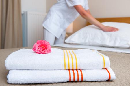 lavander�a: Dama joven cambiando la ropa de cama en una habitaci�n Foto de archivo