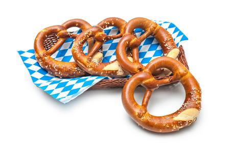 comida alemana: Pretzels bávaras apetitosas aisladas sobre fondo blanco