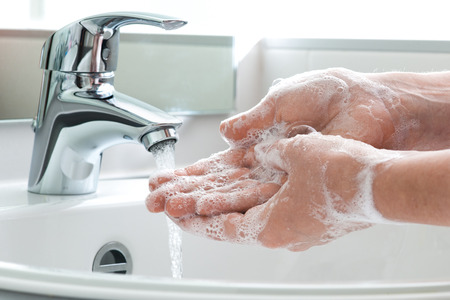 lavage mains: Le lavage des mains avec du savon sous l'eau courante