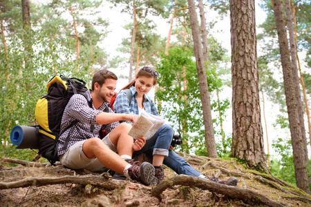 with friends: Pareja feliz que va en una caminata juntos en un bosque Foto de archivo