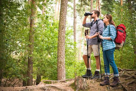森で一緒にハイキングに行く幸せなカップル 写真素材