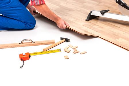 Trabajador carpintero instalación de suelos laminados en la sala Foto de archivo - 31272553