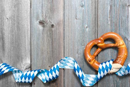 bandera blanca: Pretzels b�varos con la cinta en la tabla de madera como un fondo para la Oktoberfest