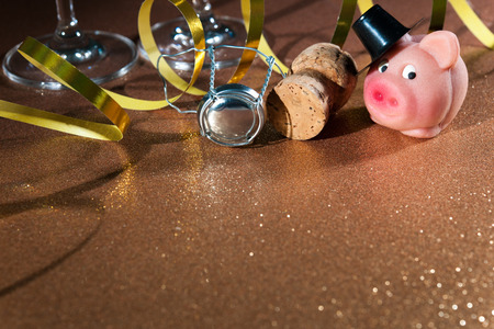 bubbly: Lucky pig and cork from champagne bottle in front of two glasses