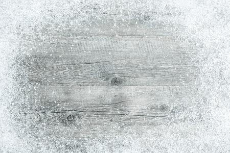 navidad: Vieja tarjeta de madera con copos de nieve. De fondo de Navidad Foto de archivo