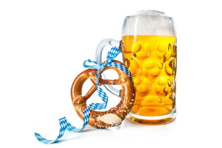 흰색 배경에 고립 된 꽈 배기와 바바리아 맥주 머그잔