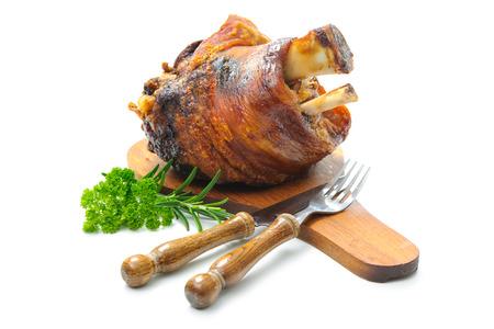 Smakelijk Beierse gebraden varkenspoot op snijplank Stockfoto