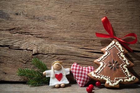 오래 된 나무 배경 위에 빈티지 크리스마스 장식