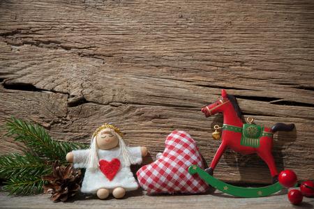 diciembre: Decoración de la Navidad de la vendimia sobre fondo de madera vieja